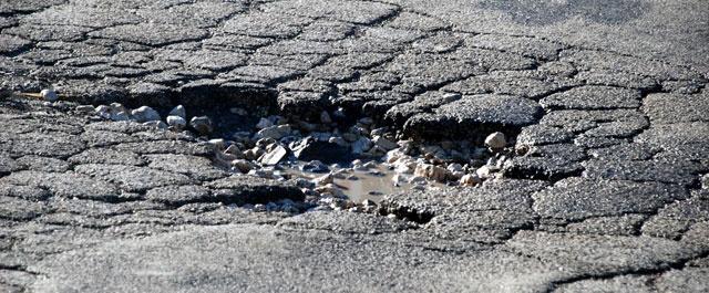 A chi compete il risarcimento per i danni da buche stradali Manutenzione
